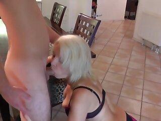 Max (18) fickt seine Tante (48) nearby den Arsch
