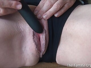 Grown-up MILFs Juicy Pussy together with Clit Hopping Inch a descend Closeup