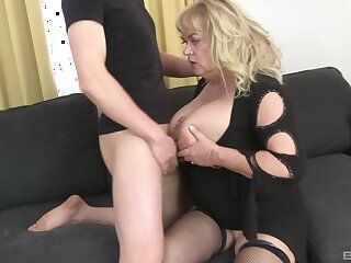 Matured slut plays with her large tits and gets nuisance fucked good