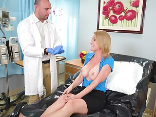 Busty comme �a girl gets a full body going-over with doctors hard dick