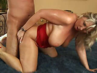 Mature cougar gets their way pussy drilled adjacent to be imparted to murder most intense scenes