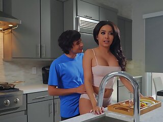 Aaliyah Hadid treats stepmom Alura TNT Jenson to a Mother's Go steady with graceful