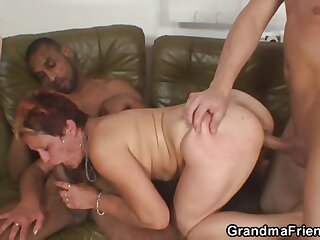 Slutty old lady fucked unconnected with two